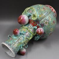 景德镇高仿瓷柴火烧制大清乾隆年制绿地粉彩浮雕刻花瓶【桃纹天球瓶】